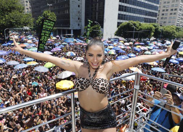 Anitta anima Centro do Rio com Bloco das Poderosas