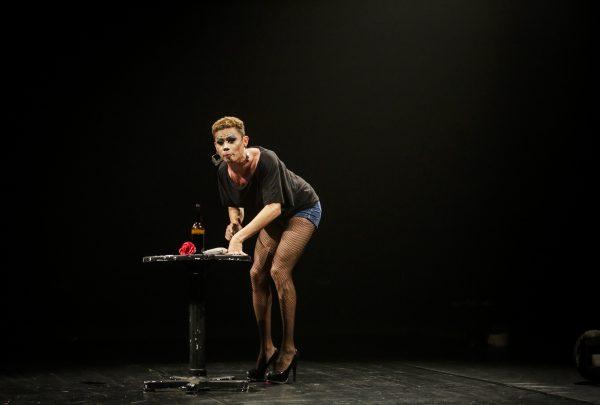 """Espetáculo """"Uma Flor de Dama"""", de Silvero Pereira, retorna ao palco do Theatro José de Alencar"""