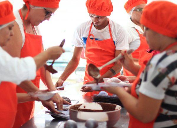 Após capacitação em chocolateria, Secretaria de Proteção Social, Justiça, Mulheres e Direitos Humanos distribui ovos produzidos para abrigos