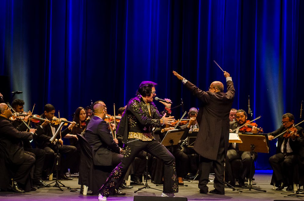 Emoção e irreverência marcam tributo a Elvis Presley no Teatro RioMar Fortaleza