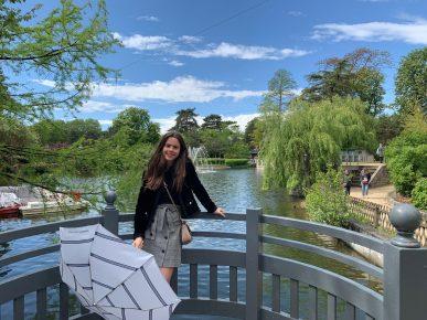 Lyna Machado passeia por Paris e reencontra mãe e irmão; veja os cliques