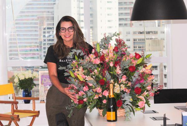 Márcia Travessoni é surpreendida com flores após o lançamento da 12ª edição da sua Revista; confira quem enviou