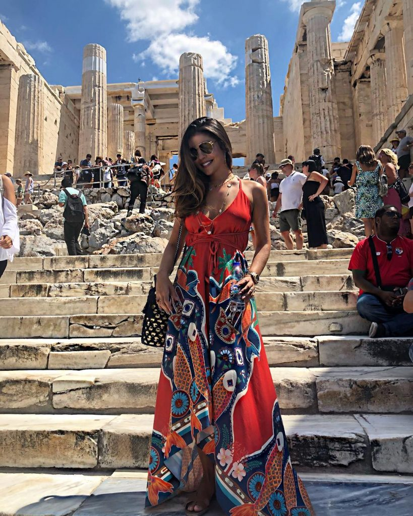 Camila Nogueira de vestido vermelho