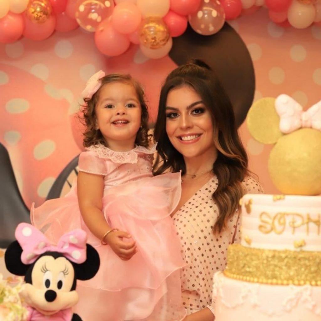 Camila Nogueira segura a filha, Sofia