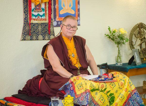 """""""Meditar é acessível para pessoas de qualquer fé"""", revela monja Ani Zamba Chözom, durante retiro no Espaço Clara Luz"""