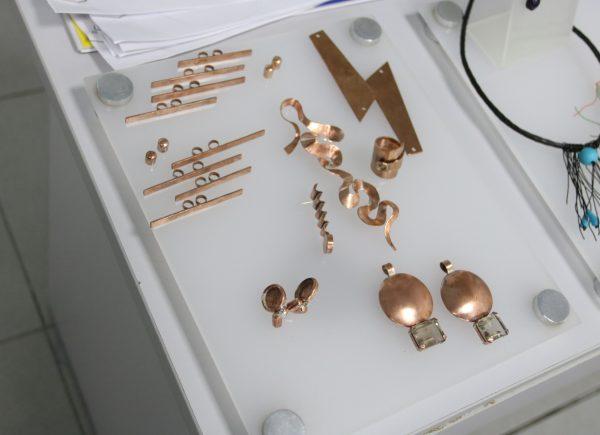 Artesãs cearenses apresentam peças feitas de cobre no Dragão Fashion Brasil