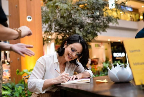 """Livro """"Da Lama nasce o Lótus"""" traz as experiências de vida da psicóloga Maria Camila Moura"""