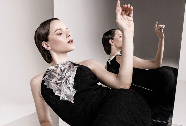 Influencer Paulinha Sampaio posa com look exclusivo da grife francesa Balmain; saiba o motivo do clique