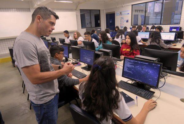 O exemplo do Colégio Ari de Sá: Como a tecnologia está revolucionando a experiência dentro de sala de aula