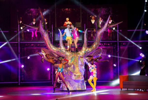 Musical 'O Frenético Dancin'Days' recorda sucessos dos anos 70 com espetáculo no Teatro RioMar