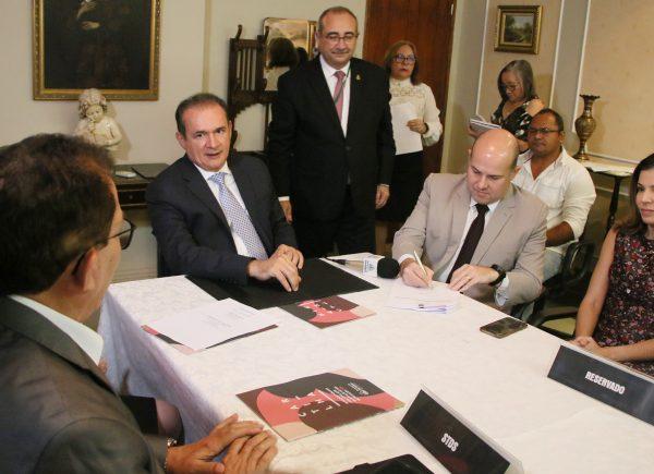 Roberto Cláudio assina acordo para agilizar adoções em Fortaleza