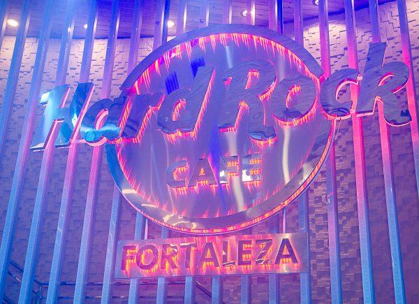 Hard Rock Cafe Fortaleza comemora 48 anos da marca com festa retrô, show do The Mob e promoções em sanduíche