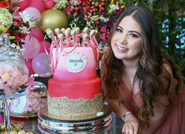 Marcela Dias Branco comemora 17 anos com festa intimista em casa