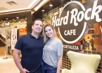 Aniversário da rede Hard Rock Cafe é celebrado em Fortaleza com tema 70s