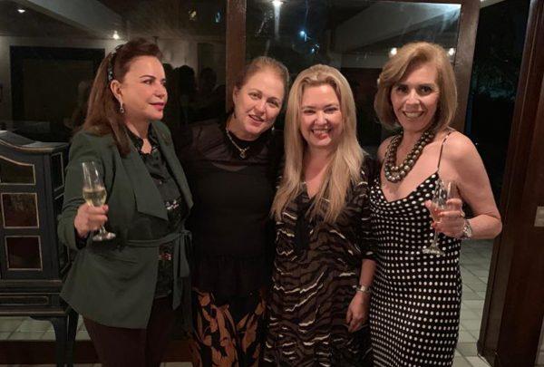 Dalva e Natasha Arraes ganham jantar de boas vindas de amigas