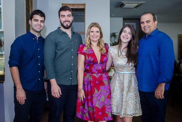 Danielle Pinheiro celebra a vida na companhia de amigas e familiares no Misaki