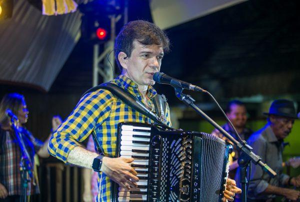 Waldonys faz show com participações especiais e público animado no São João da Vila Azul do Mar