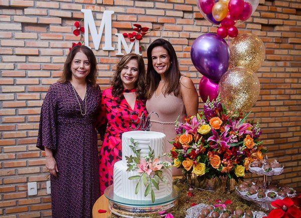 Amigas, sorrisos sinceros e bom papo no aniversário surpresa de Martinha Assunção, no Limone