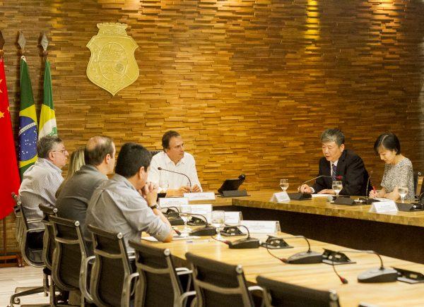 Camilo Santana recebe comitiva chinesa para tratar sobre parcerias no Ceará