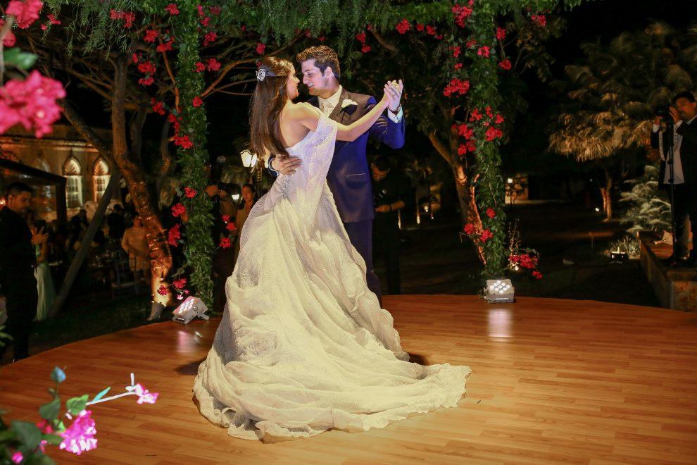 Fernanda Levy e Omar Macêdo trocam alianças em cerimônia emocionante; confira