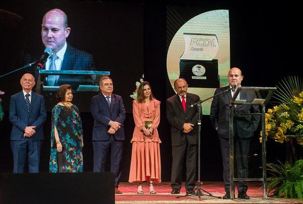 FCDL homenageia Roberto Cláudio com troféu C. Rolim no Theatro José de Alencar