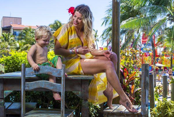 Karina Bacchi curte férias com a família no Beach Park