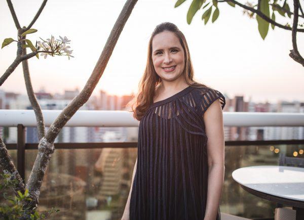 Pé na areia e protetor no rosto: Dermatologista Manoela Crisóstomo lista dicas para arrasar nas férias