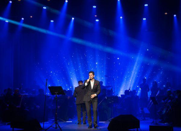 Paulo Benevides é aclamado em show no Teatro RioMar Fortaleza