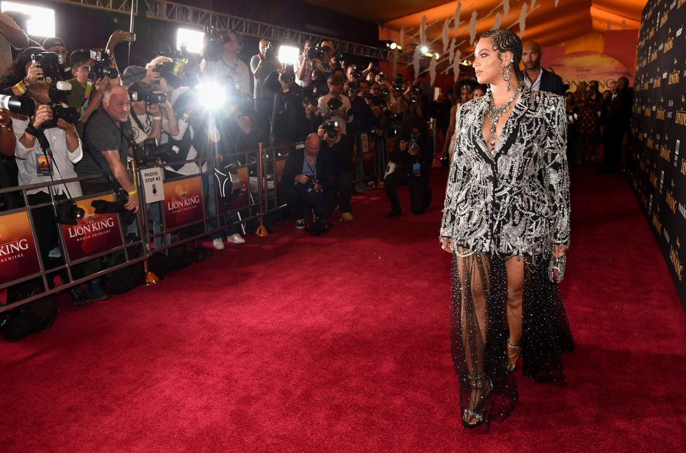 """Beyoncé brilha, literalmente, na première de """"O Rei Leão"""" em Los Angeles; veja mais"""