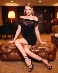 Mariana Ximenes usa sandália de grife queridinha de Rihanna