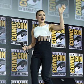 Scarlett Johansson exibe anel de noivado com diamante de 11 quilates