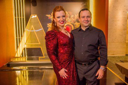 Aline Félix Barroso celebra aniversário na companhia de amigos e com show do Jota Quest