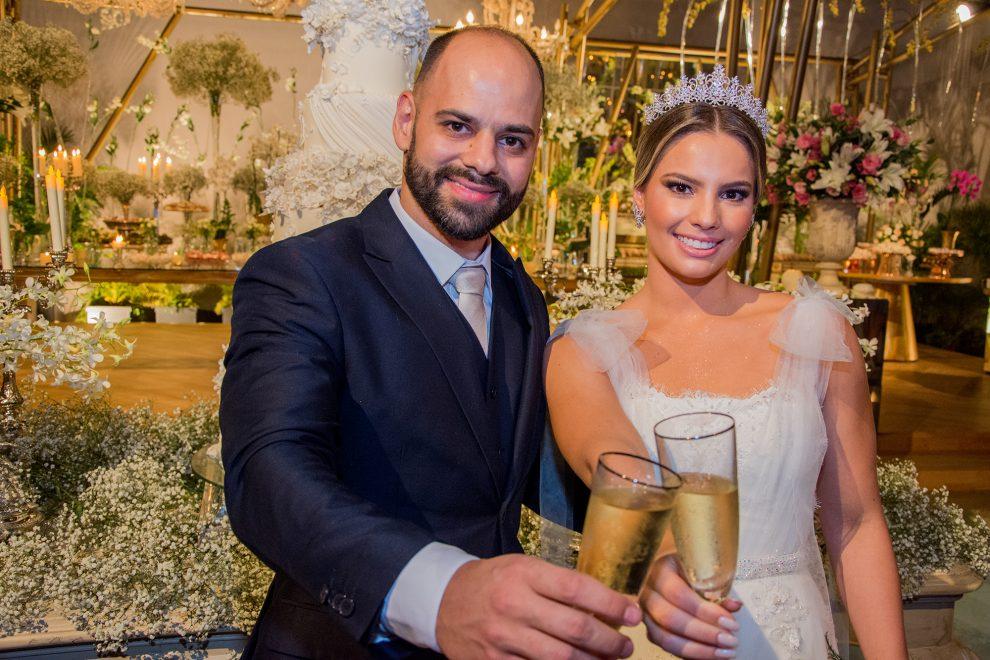 Sabrina Max e Paulo Ximenes trocam alianças em noite luxuosa no La Maison