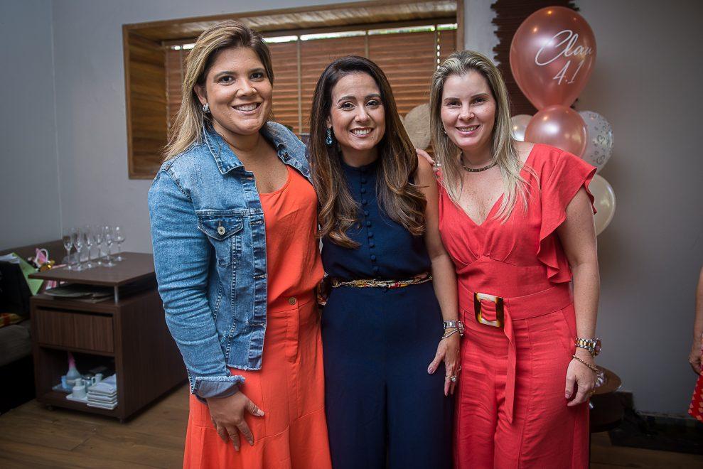 Claudiana Loureiro ganha parabéns surpresa de amigas