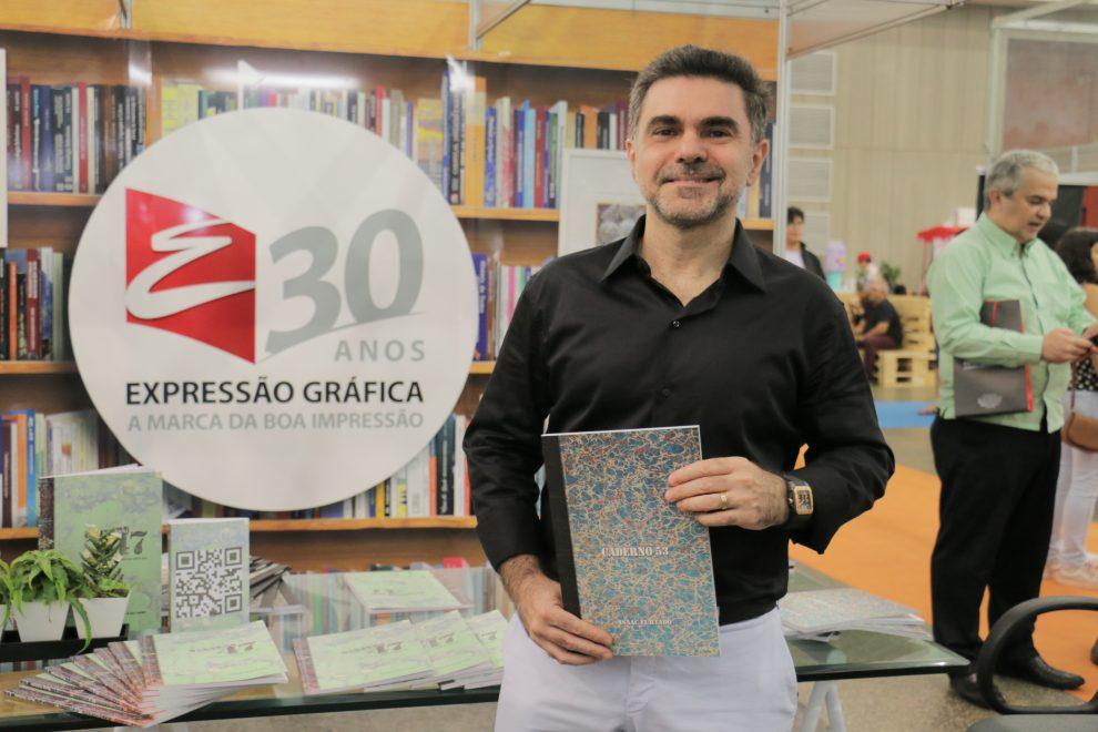 Isaac Furtado lança livro de poesias Caderno 53 na Bienal do Livro do Ceará