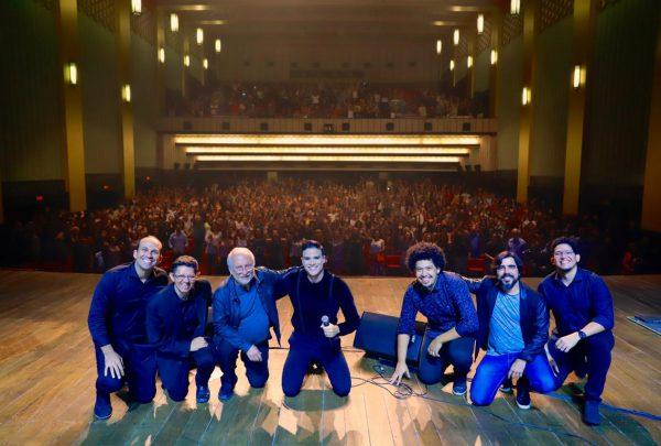 Marcos Lessa emociona platéia cheia do Cineteatro São Luiz em show do seu novo disco