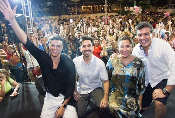Felipe Adjafre, Marcos Lessa e Nara Hope embalam pôr do sol na Praia de Iracema