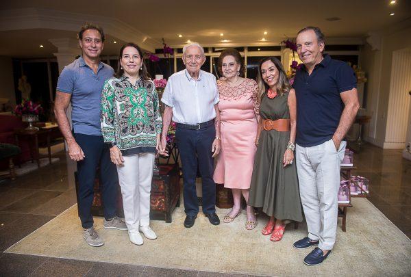 Norma Bezerra reúne amigos e familiares para celebrar aniversário ao som de bolero