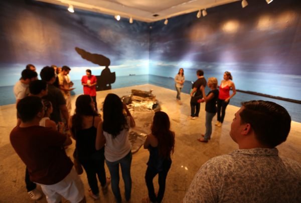 """Livro inspirado na escultura """"La Femme Bateau"""" é lançado na Bienal"""