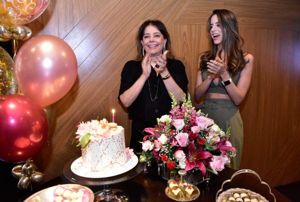Cláudia Gradvohl comemora aniversário com festa surpresa no Santa Grelha