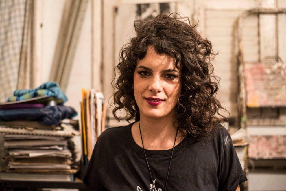 "De surpresa, cantora Céu lança álbum, clipe e anuncia turnê; ouça ""APKÁ!"""