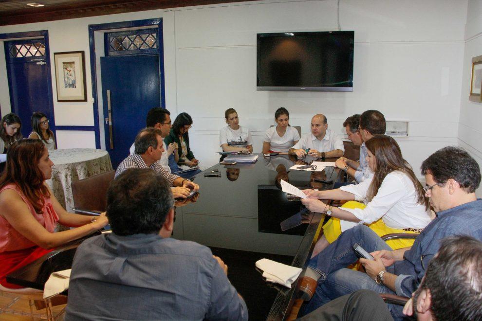 Prefeito Roberto Cláudio e primeira-dama Carol Bezerra enviam Projeto de Lei sobre o Cartão Missão Infância