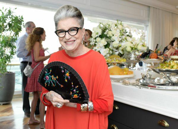 Rodeada de celebridades, Costanza Pascolato ganha almoço de aniversário em SP