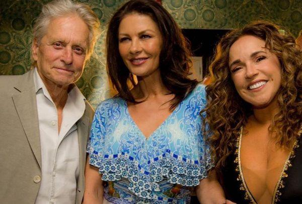 Em NY, Daniela Mercury recebe Catherine Zeta-Jones e Michael Douglas em show