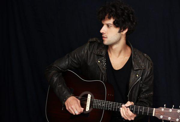 Vila Azul do Mar recebe o cantor Davi Cartaxo neste sábado