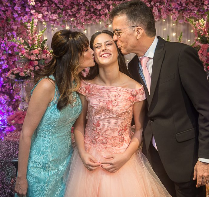 Lara Andrade comemora 15 anos com festa dos sonhos no Gran Marquise