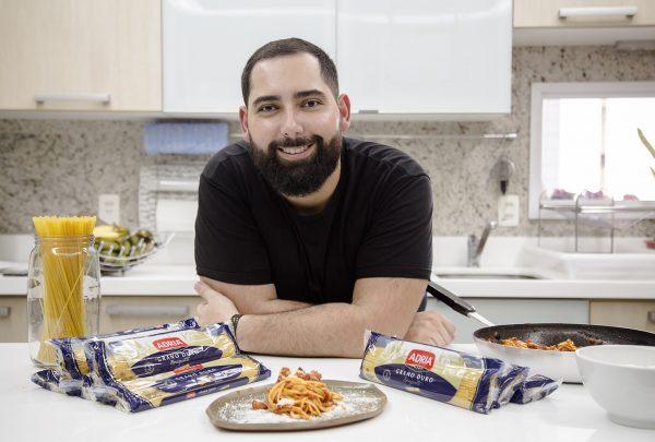 Influencer Luiz Victor Torres ensina o preparo de um spaghetti all'Amatriciana; assista