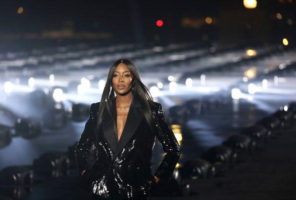 Naomi Campbell encerra desfile da Saint Laurent e brasileiras prestigiam coleção da Dior em Paris