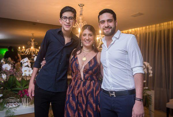 Elisa Oliveira recebe amigos e familiares para festa de aniversário