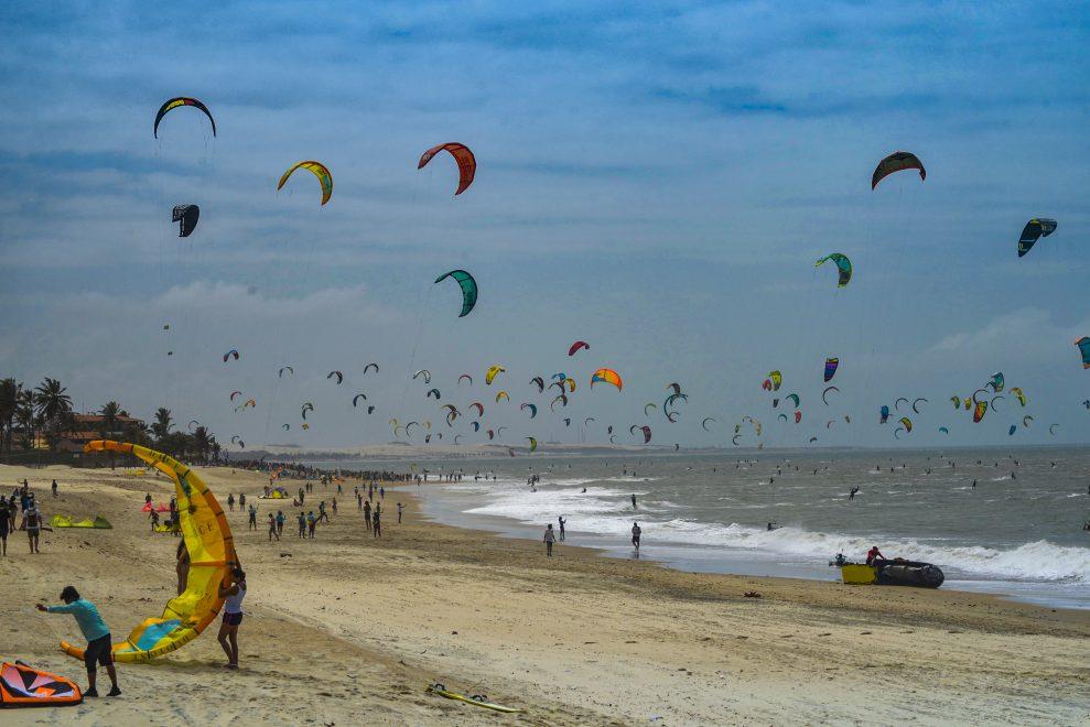 Praia do Cumbuco é palco de recorde mundial com 596 kitesurfistas velejando juntos